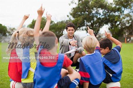 Kinder, die Hände während des Trainings erhöhen
