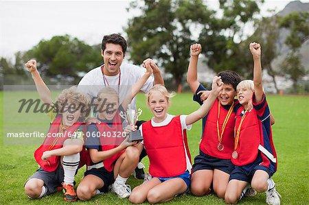 Kinder jubeln mit Trainer