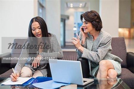 Unternehmerinnen zusammen arbeiten