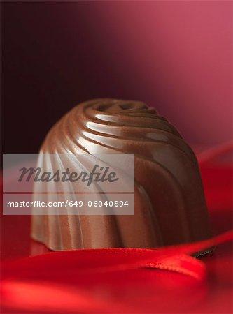 Gros plan des œufs en chocolat ornés