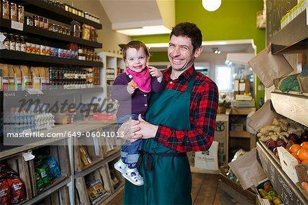 Fille holding épicier en magasin