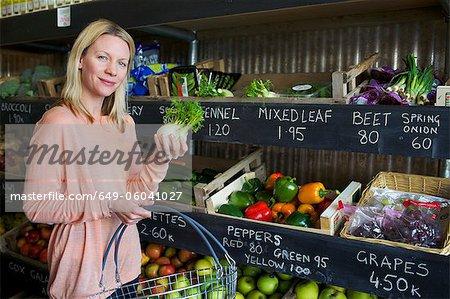 Femme, acheter des produits en magasin