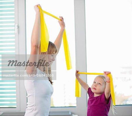 Trainer arbeiten mit Mädchen in der Turnhalle