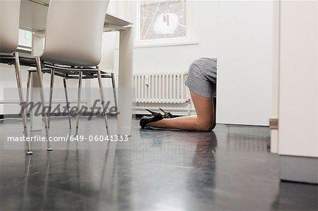 Geschäftsfrau, kriechen auf Büroetage