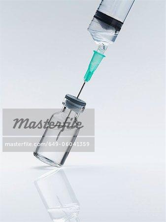 Nahaufnahme von der Spritze in die Flasche