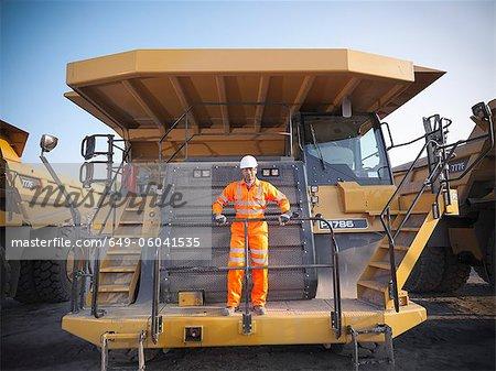 Travailleur sur équipement de mine de charbon