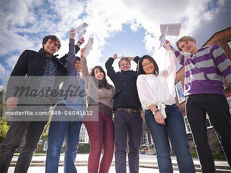 Studenten mit Noten in der Schule jubeln