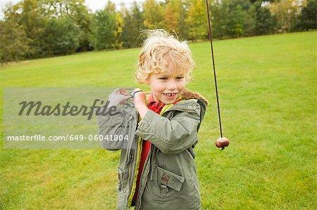 Garçon jouant avec châtaigniers sur chaîne