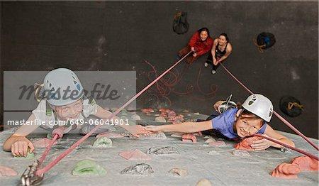Escalade de paroi rocheuse couverte de filles
