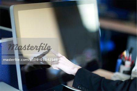 Femme d'affaires de toucher l'écran de l'ordinateur, gros plan