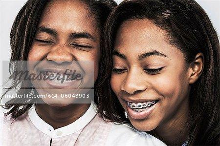 Zwei Mädchen lachend