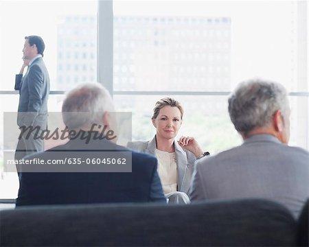 Gens d'affaires dans la salle de conférence