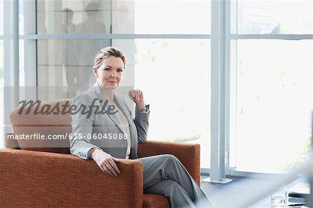 Porträt von zuversichtlich geschäftsfrau in Sessel