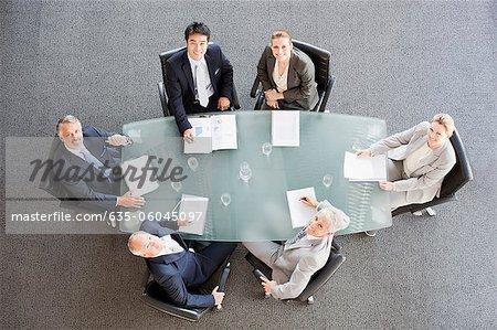 Portrait de sourire des gens d'affaires à table dans la salle de conférence