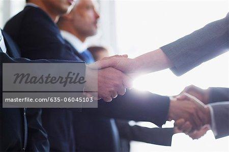 Nahaufnahme von Geschäftsleuten Händeschütteln in Folge