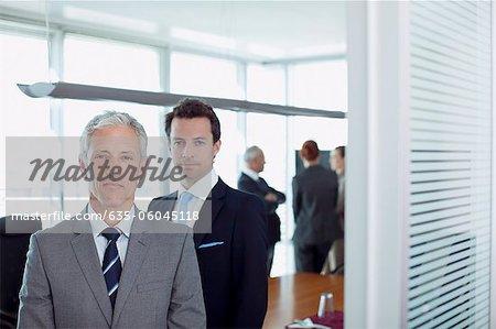 Porträt von zuversichtlich Geschäftsmann in die Tür des Saals