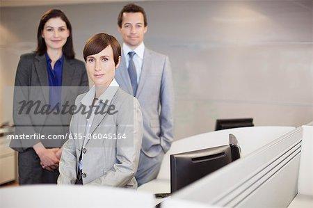 Portrait of smiling Geschäftsleute am Schreibtisch im Büro