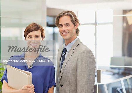 Portrait of smiling Geschäftsleute im Büro