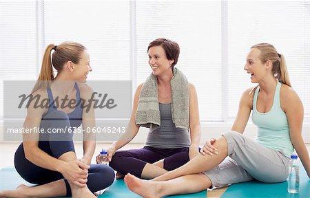 Femme souriante reposant sur exercice tapis
