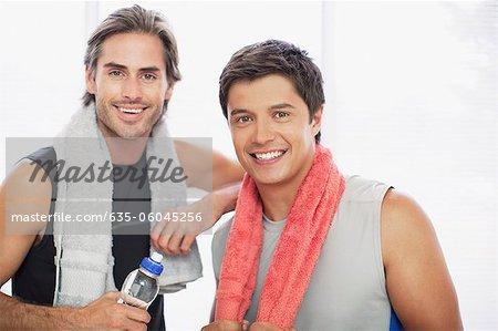Portrait de sourire hommes en gymnase