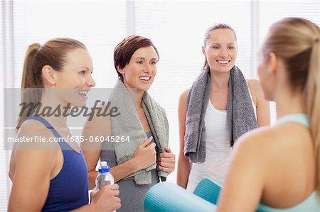 Femme souriante talking en gymnase