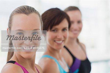 Portrait de femmes d'affilée le sourire