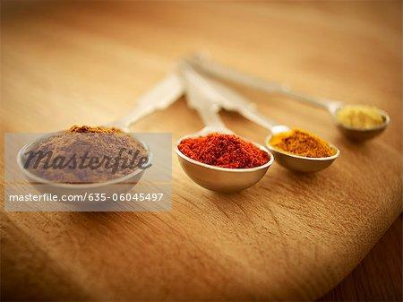 Gros plan des épices dans la mesure de cuillères