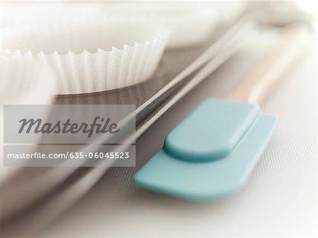 Gros plan d'une spatule et cupcake wrappers