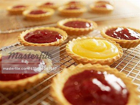 Nahaufnahme von Marmelade Torten Kühlung auf Draht-racks