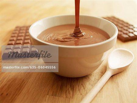 Geschmolzene Schokolade in die Schüssel Gießen