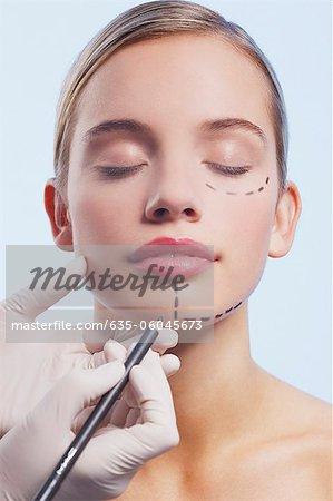 Gros plan du visage de la femme soient marqué avec pointillés