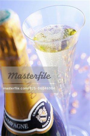 Glas und Flasche Champagner