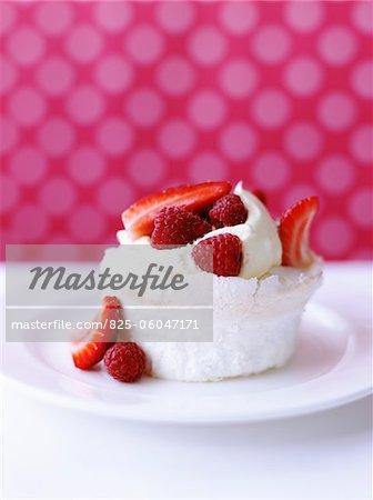 Pavlova avec fraises et framboises