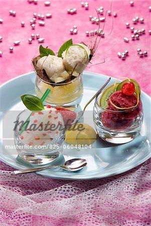 Trois sorbets : basilic avec morceaux de fraises, toutes les cerises de saison et noix de coco et ananas