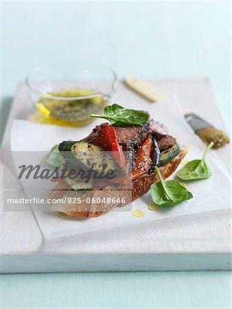 Rôti de boeuf et légumes sandwichs