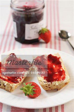 Brot, Butter und Erdbeermarmelade