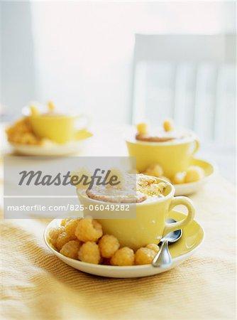 Mousse de framboises jaune avec des biscuits croquants