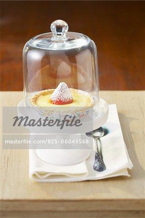 Tartelette citron et fraise sous un dôme de verre
