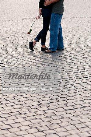 Italien, Rom, Vatikan Stadt, Retroadapter Beine eines Paares mit stieg er auf Kopfsteinpflaster