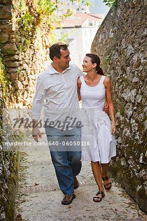 Couple d'âge mûr Italie, Ravello, marchant le long de la ruelle