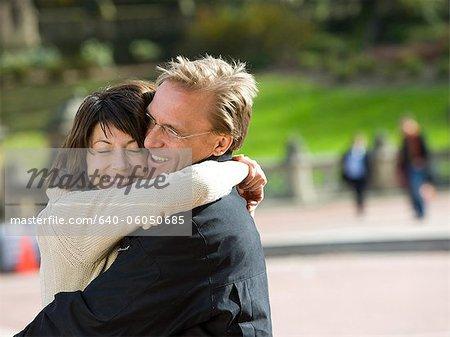 États-Unis, New York City, Manhattan, Central Park, couple d'âge mûr embrassant dans Central Park