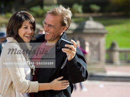États-Unis, New York City, Manhattan, Central Park, couple d'âge mûr se photographiant dans Central Park