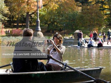 États-Unis, New York City, Manhattan, Central Park, femme mûre photographier homme en bateau à Central Park