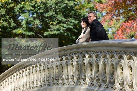 États-Unis, New York City, Manhattan, Central Park, Mature couple debout sur le pont à Central Park