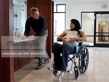 USA, Utah, Payson, schwangere Frau warten, wenn man einige medizinische Dokumente ausfüllen
