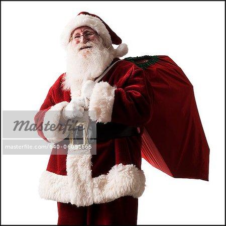 portant un sac de cadeaux du père Noël