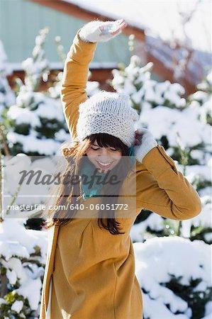 femme debout dans un bosquet enneigé