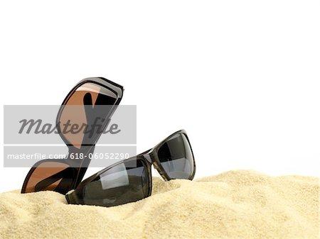 Lunettes de soleil sur le sable