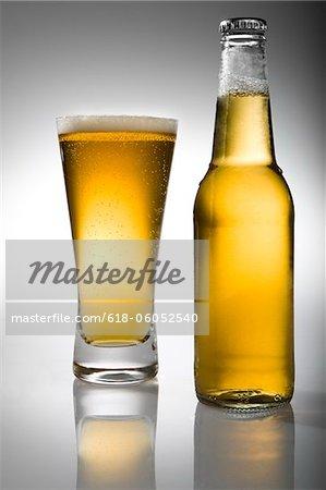 Bier in der Flasche und Glas, Bier
