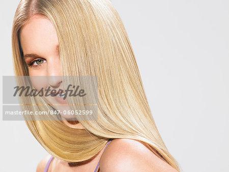 Portrait d'une belle fille blonde